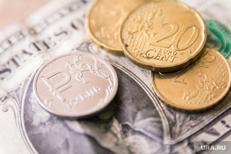 Курс доллара впервые с начала весны упал ниже 70 рублей