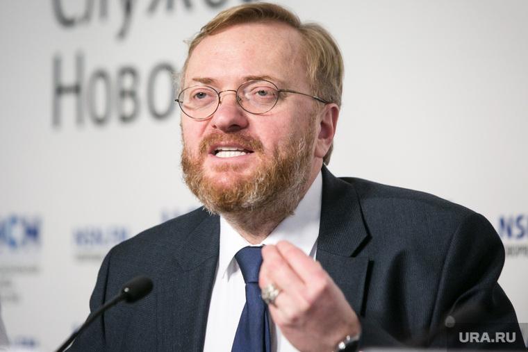 Милонов предложил выплачивать мужчинам пособие на домработниц