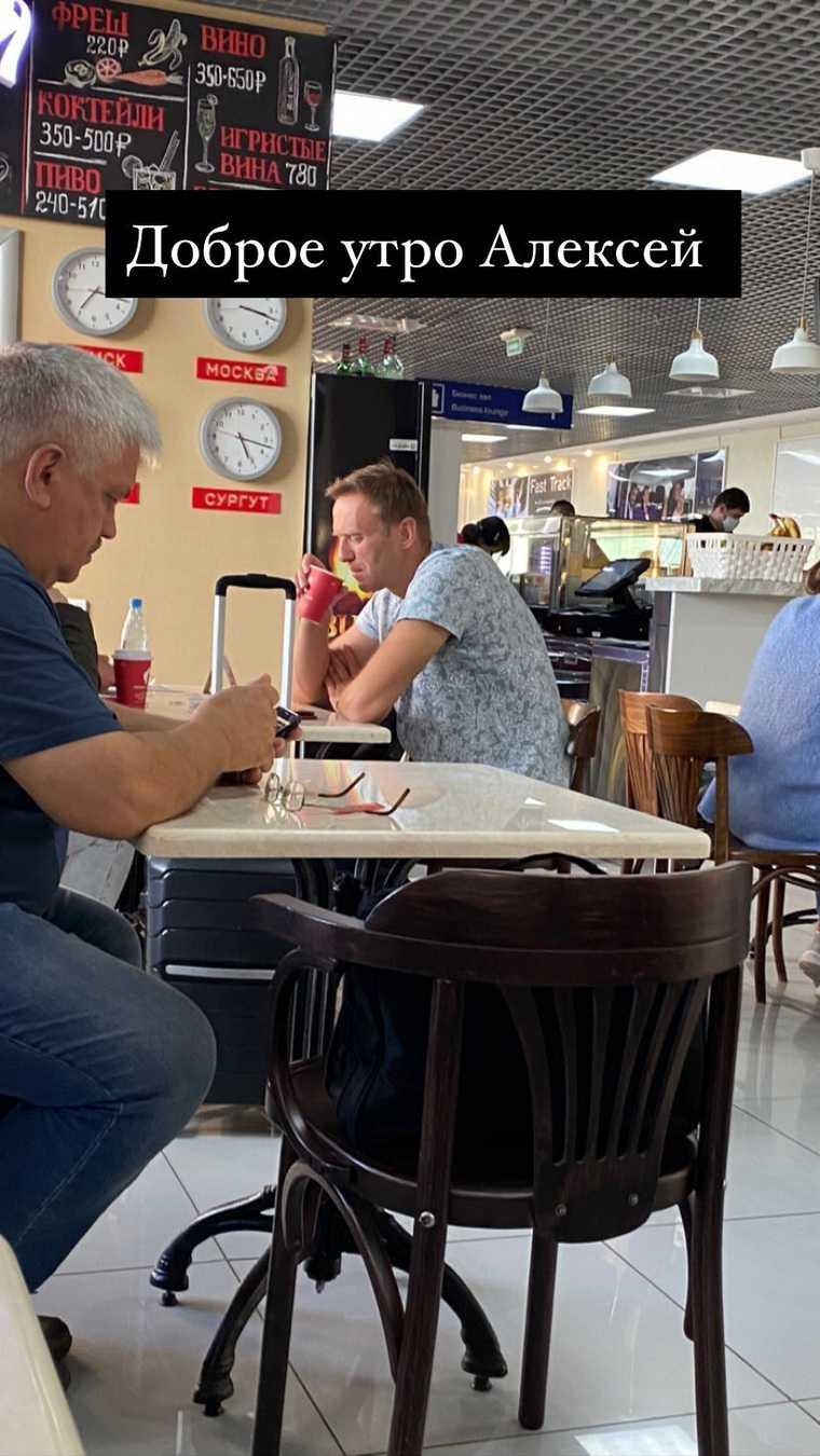 Блогер, летевший с Навальным, показал момент его отравления. ВИДЕО