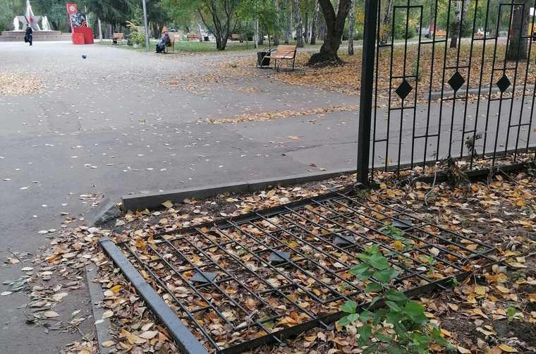 В курганском парке после ремонта сломали забор. ФОТО