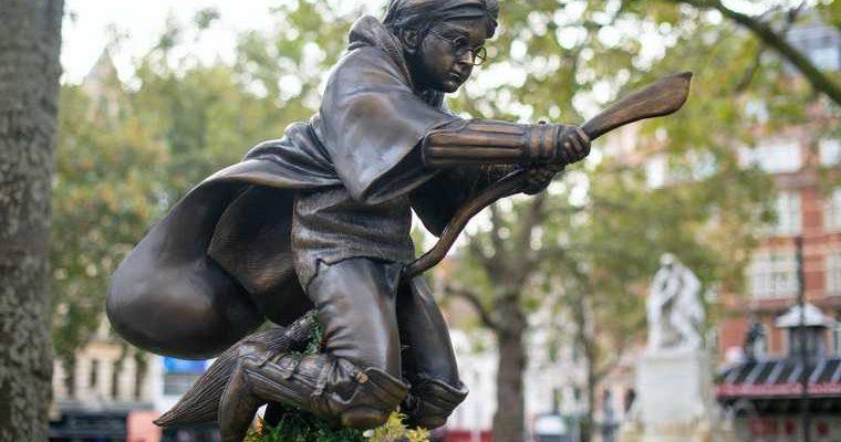 посмотреть статую Гарри Поттеру