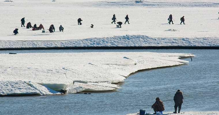 Сахалин рыбаки лед льдина трещина мчс спасатели спасение