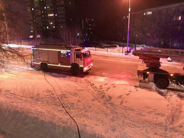 В Екатеринбурге пожарные спасли ребенка-инвалида из горящего дома. Фото
