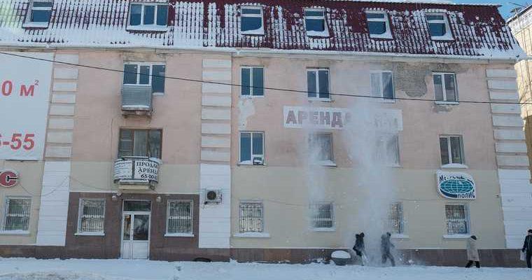 В ЯНАО на ребенка обрушился снег с крыши