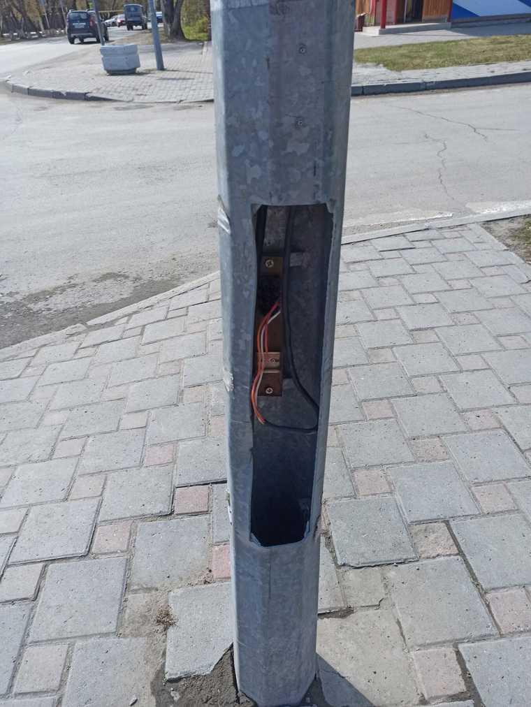 Власти тюменского поселка отремонтировали светофор скотчем. Фото
