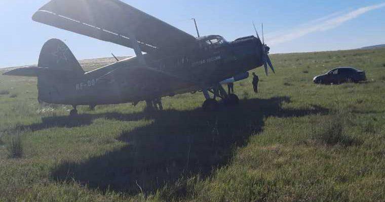 сел в поле самолет с парашютистами