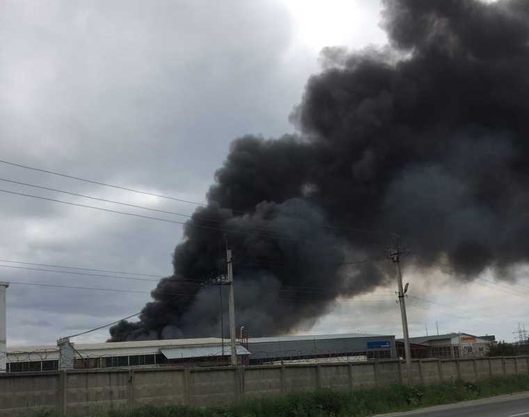 В челябинском городе тушат крупный пожар. Фото
